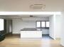 Küche mit Fenster zum Hof und Flur zu den Zimmern im Seitenflügel